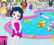 Маленькие принцессы чистят бассейн