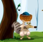 Веселая белка ловит орешки