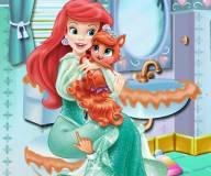 Ариэль и котенок Сокровище убирают ванную